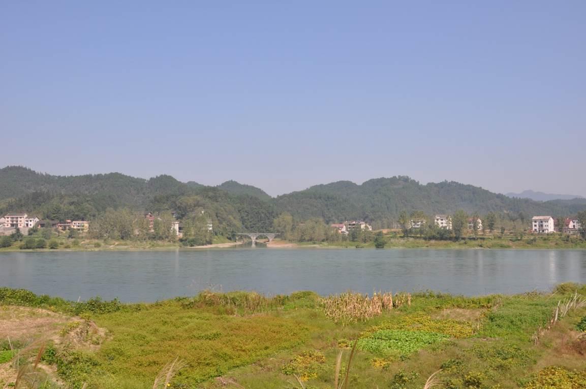 湖南省金塘冲水库工程项目位于桃江县境内资水干流的下游,是资水干流柘溪下游规划中的第三级。坝址下距桃江县城约55km,距马迹塘电站25km。金塘冲水库是以防洪、发电为主、兼有航运等综合效益的大型水利枢纽工程。水库正常蓄水位78m。该项目涉及一市两县,分别为益阳市桃江县、安化县。现在该项目已经进入可行性研究设计阶段。 2015年9月至11月,湖南省文物考古研究所受省文物局的委托组织益阳市文物处、安化县文物管理所、桃江县文物管理所,组建了湖南省金塘冲水库工程项目文物调查勘探队,对湖南省金塘冲水库工程项目推荐坝址