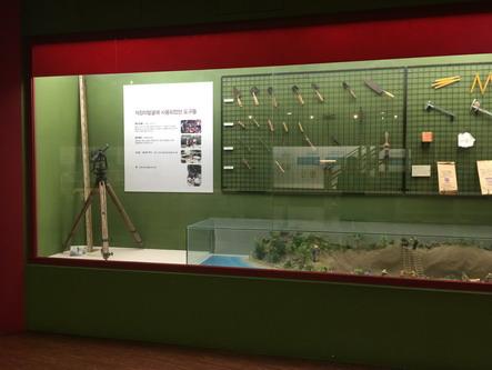 图九 石庄里遗址博物馆展示的考古发掘工具_调整大小.JPG