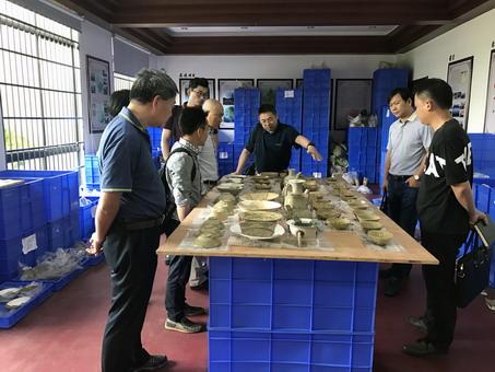 图一、验收组检查考古发掘资料整理、出土文物情况